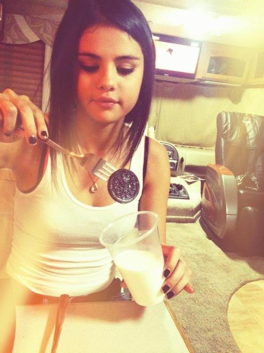 Selena Gomez mangeant un oréo ! (photo perso)